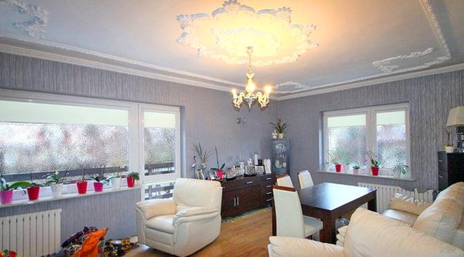 wytworny salon w luksusowej rezydencji do sprzedaży w okolicach Łodzi