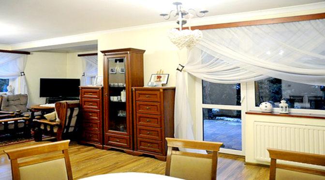 komfortowy salon w ekskluzywnej rezydencji do sprzedaży w okolicach Chrzanowa