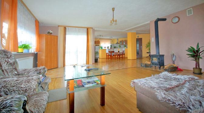 przestronne wnętrze i salon w ekskluzywnej rezydencji do sprzedaży w okolicach Legnicy