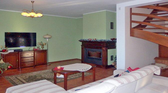 na zdjęciu salon z kominkiem w ekskluzywnej rezydencji do sprzedaży w okolicach Wrocławia