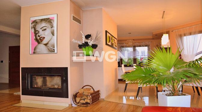 salon z kominkiem w ekskluzywnej rezydencji do sprzedaży w Legnicy