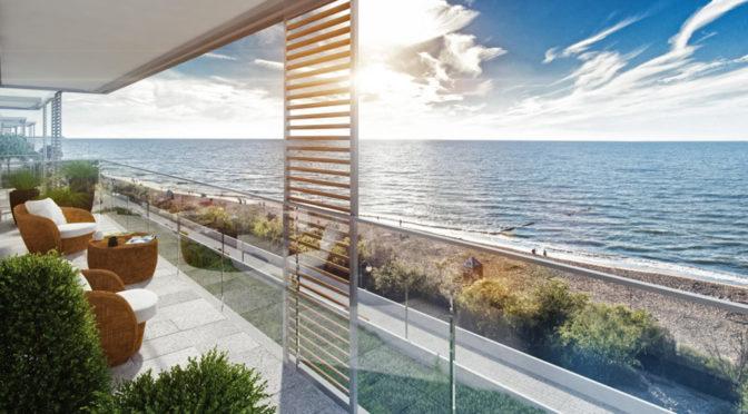 widok z tarasu na morze przy luksusowym apartamencie do sprzedaży
