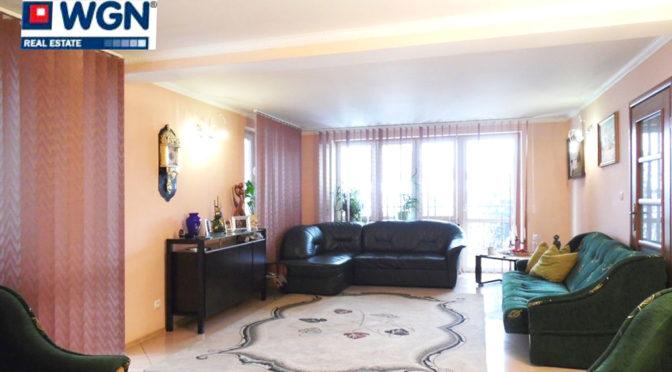 wnętrze salonu w stylu klasycznym w luksusowej rezydencji do sprzedaży na Mazurach
