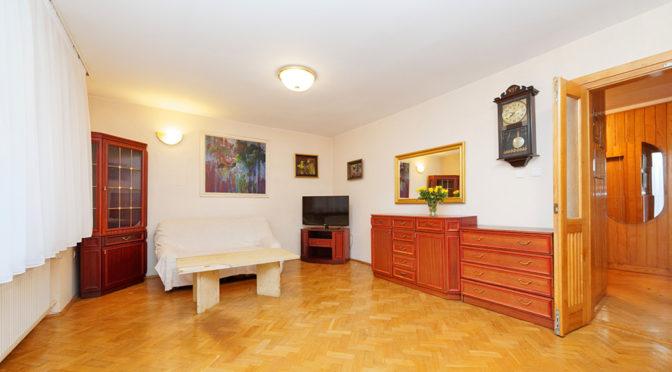 przestronne wnętrze salonu w ekskluzywnej rezydencji do sprzedaży w Tarnowie