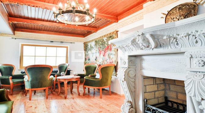 wytworny salon z kominkiem w luksusowej rezydencji do sprzedaży w Wiśle