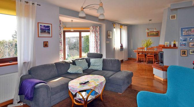 komfortowy salon z kominkiem w ekskluzywnej rezydencji do sprzedaży w okolicach Białegostoku