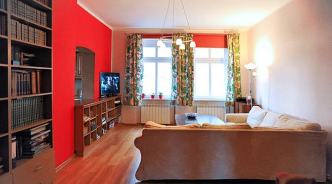salon w nowoczesnych, modnych kolorach w ekskluzywnej rezydencji do sprzedaży w okolicach Legnicy
