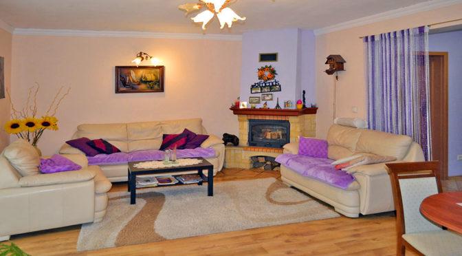 komfortowy salon z kominkiem w ekskluzywnej rezydencji do sprzedaży w okolicach Wrocławia
