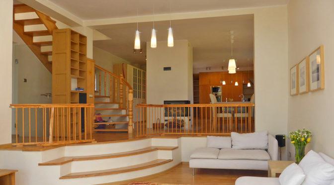 stylowy salon z kominkiem w luksusowej rezydencji do wynajęcia w Kwidzynie