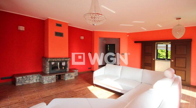 komfortowy salon z kominkiem w luksusowej rezydencji do wynajmu w Szczecinie