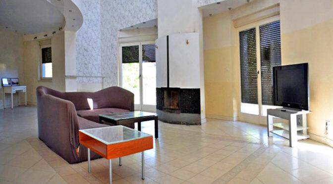nowoczesny salon w ekskluzywnej rezydencji do sprzedaży w Ostrowie Wielkopolskim