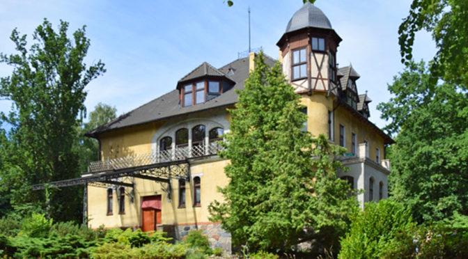 widok od strony ogrodu na luksusową rezydencję do sprzedaży w okolicach Słupska