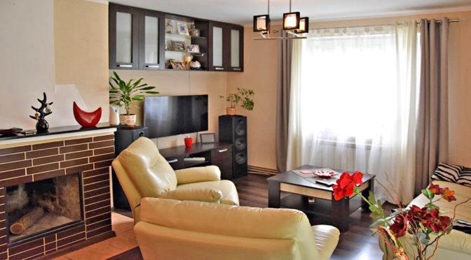 stylowo urządzony salon w ekskluzywnej rezydencji do sprzedaży w okolicy Kalisza