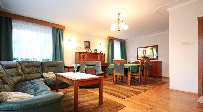 przestronne wnętrze komfortowego salonu w luksusowej rezydencji do sprzedaży w Szczecinie