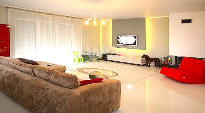 nowoczesny salon z oświetleniem ledowym w luksusowej rezydencji do wynajmu w Szczecinie