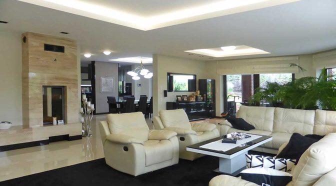 nowoczesny salon w ekskluzywnej rezydencji do sprzedaży w okolicach Iławy