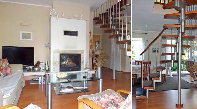 po lewej salon z kominkiem, po prawej schody na górne piętro w ekskluzywnej rezydencji do sprzedaży w okolicy Piły