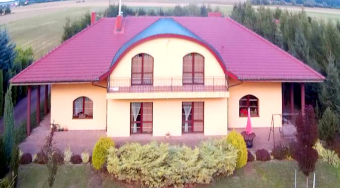 widok z lotu ptaka na ekskluzywną rezydencję do sprzedaży w okolicy Piły