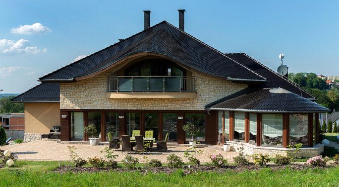 widok od strony ogrodu na ekskluzywną rezydencję do wynajęcia w Bielsku-Białej