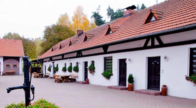 widok od strony dziedzińca na ekskluzywną rezydencją na wynajem w okolicach Częstochowy