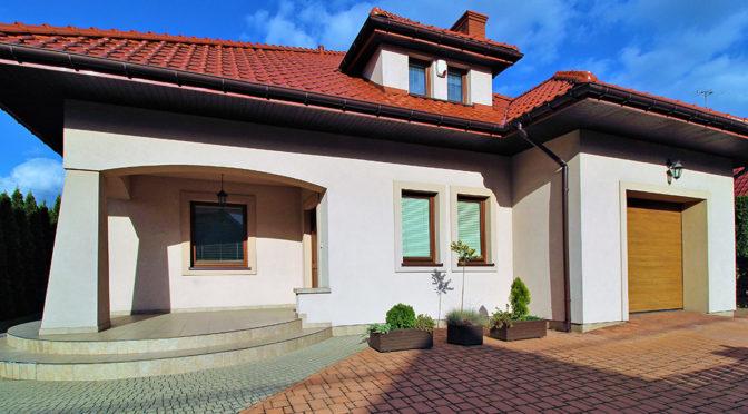 widok od frontu na ekskluzywną rezydencję do wynajęcia w Krakowie
