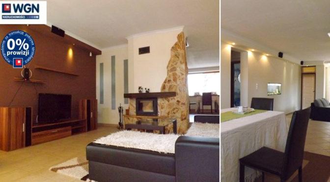 po lewej salon z kominkiem po prawej jadalnia w luksusowej rezydencji do sprzedaży Słupsk
