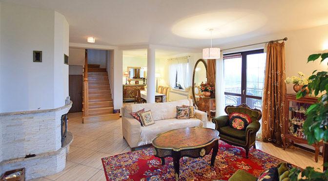 widok na umeblowany w stylu klasycznym salon w luksusowej rezydencji na sprzedaż Suwałki (okolice)