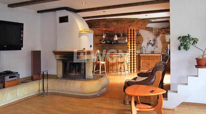 przestronne wnętrze z kominkiem w luksusowej rezydencji na sprzedaż Szczyrk