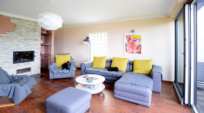 przestronne, komfortowe wnętrze salonu w ekskluzywnej rezydencji do wynajęcia Suwałki (okolice)