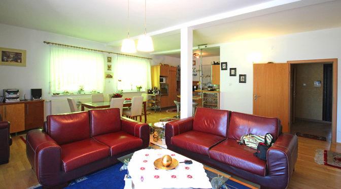 przestronne wnętrze z salonem w ekskluzywnej rezydencji do sprzedaży Szczecin (okolice)