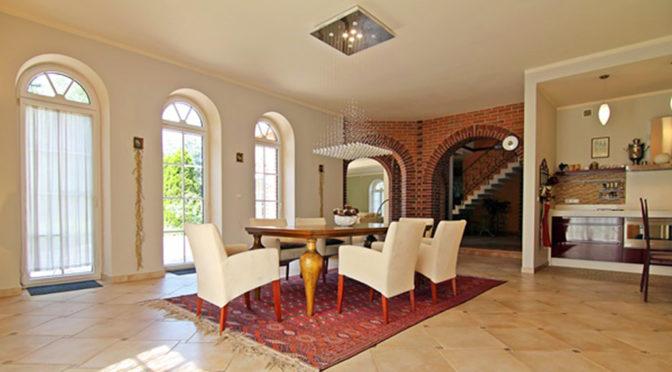 eleganckie i prestiżowe wnętrze salonu w luksusowej rezydencji do sprzedaży Wieluń (okolice)