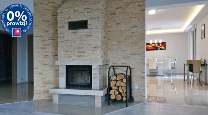 komfortowe wnętrze z kominkiem w ekskluzywnej rezydencji do sprzedaży Zielona Góra (okolice)