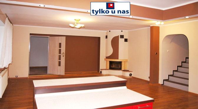 komfortowy salon z kominkiem w luksusowej rezydencji na wynajem Inowrocław