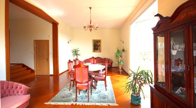 urządzony w stylu klasycznym salon w ekskluzywnej rezydencji do wynajęcia Szczecin
