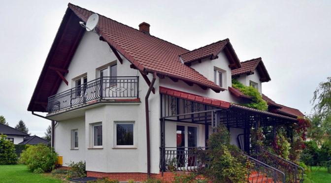 widok od strony tarasu na luksusową rezydencję do wynajęcia Bolesławiec