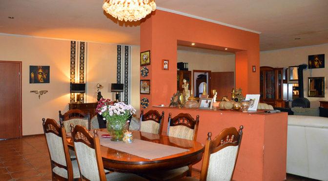 widok od strony jadalni na kuchnię w ekskluzywnej rezydencji do sprzedaży Żagań (okolice)