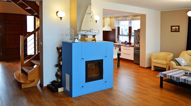 nowoczesne wnętrze salonu z kominkiem w ekskluzywnej rezydencji do sprzedaży Piła (okolice)