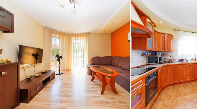po lewej przestronny salon, po prawej zabudowana kuchnia w luksusowej rezydencji na sprzedaż Tarnów (okolice)