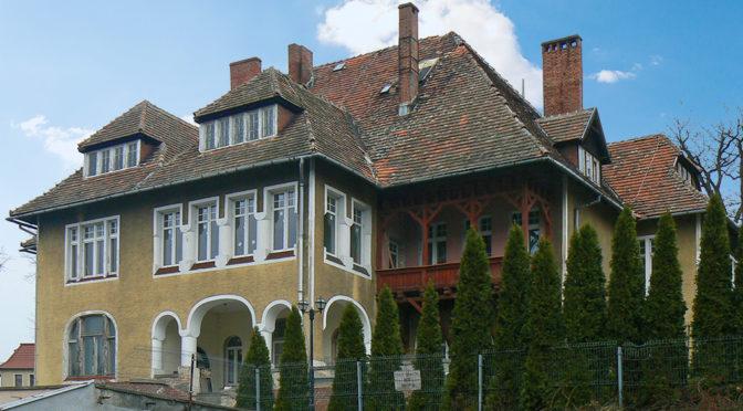 widok od strony działki na reprezentacyjną rezydencję do sprzedaży Żagań (okolice)