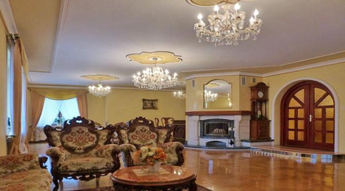 klasyczny salon z kominkiem w ekskluzywnej rezydencji do sprzedaży Wisła