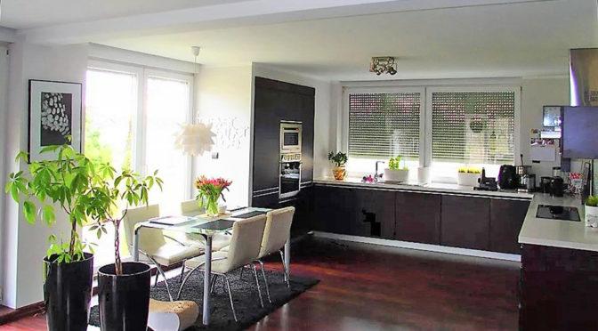 widok z salonu an aneks kuchenny w ekskluzywnej rezydencji do sprzedaży Bielsko-Biała (okolice)
