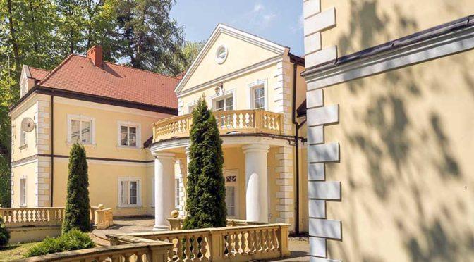 reprezentacyjne wejście do ekskluzywnego pałacu na sprzedaż w województwie śląskim