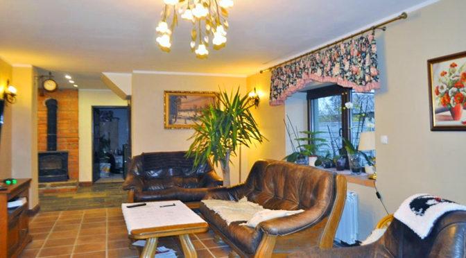 urządzone w wytwornym stylu wnętrze salonu w ekskluzywnej rezydencji do sprzedaży Głogów (okolice)
