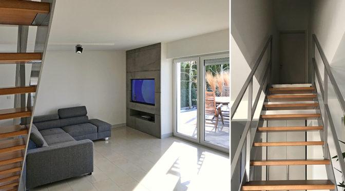 nowoczesny salon oraz schody na górny poziom w luksusowej rezydencji do sprzedaży Konin (okolice)
