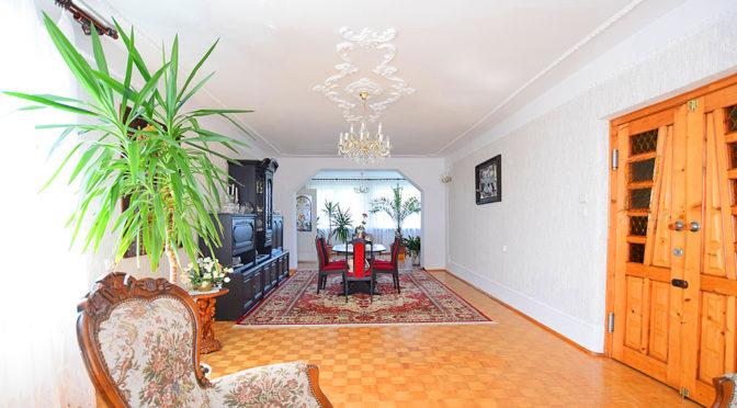 klasyczne wnętrze salonu w luksusowej rezydencji do sprzedaży Suwałki