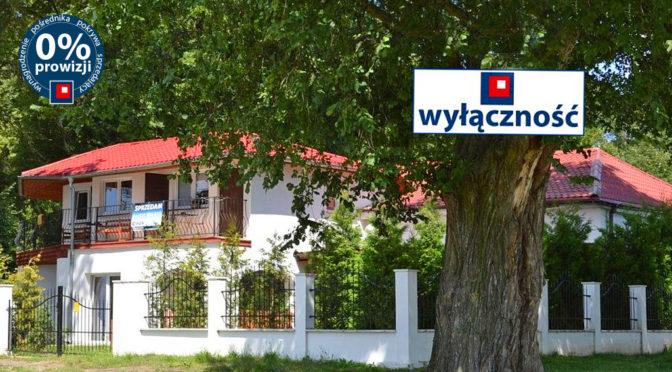 widok od strony ulicy na ekskluzywną rezydencję do wynajęcia Żagań (okolice)