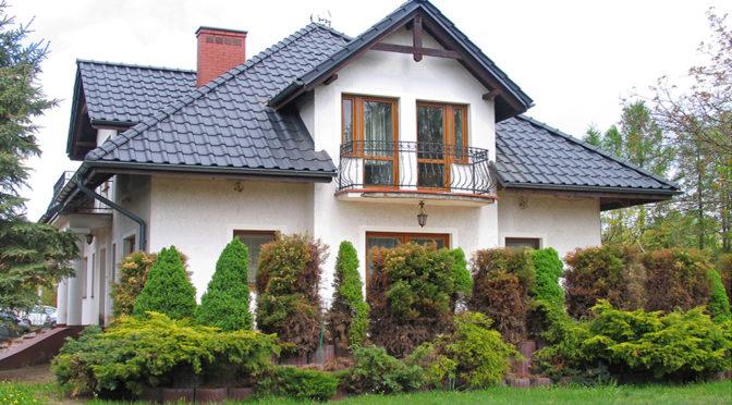 widok od strony ogrodu na ekskluzywną rezydencję do sprzedaży Toruń (okolice)