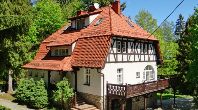 widok od strony ogrodu na okazałą, luksusową rezydencję do sprzedaży Karpacz