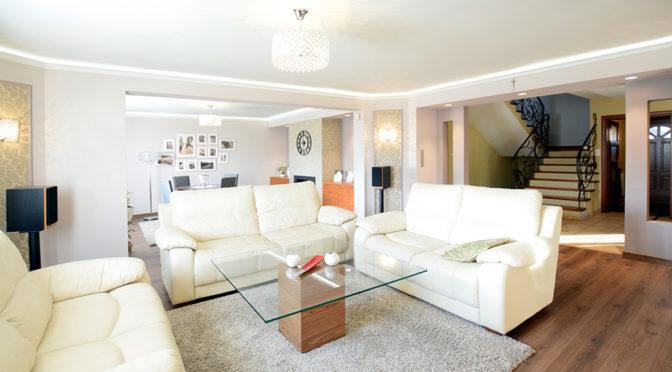 przestronny salon w luksusowej rezydencji na sprzedaż Suwałki