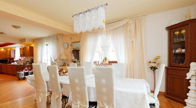 elegancki salon i jadalnia w luksusowej rezydencji do sprzedaży Tarnów (okolice)